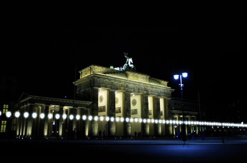 L'installazione luminosa con la quale Berlino festeggerà i 25 anni dalla caduta del Muro.
